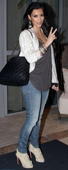 Who made Kim Kardashian's black purse, skinny jeans, tan suede shoes, jewelry, gray shirt and animal print blazer that she wore in Miami, March 29, 2010? Purse – Chanel Shoes – Christian Louboutin Deva Earring – Loren Shirt – Haute Hippie Men's Pocket Tee Jacket – Rebecca Taylor Jeans - R13