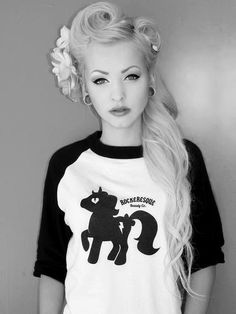 Oh my god, could I trick my hair into doing this once my stupid, dumb bangs are more grown out? <3
