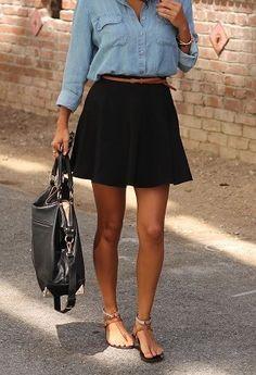 デニムシャツと黒のスカートと茶色の細ベルトでウエストマーク