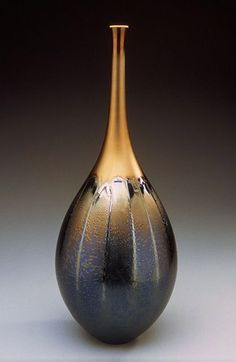(usa) Teardrop shaped porcelain vase with black & gold glaze by Hideaki Miyamura ). Sculptures Céramiques, Sculpture Art, Pottery Vase, Ceramic Pottery, Vase Deco, Japanese Ceramics, Contemporary Ceramics, Ceramic Clay, Ceramic Artists