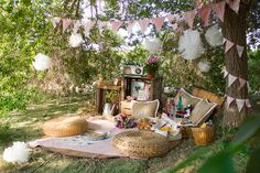 These are the objects to go to a picnic. Outside Birthday, Picnic Decorations, Indoor Picnic, Vintage Tea Parties, Bohemian Party, Mad Hatter Party, Romantic Picnics, Beach Picnic, Picnic Time