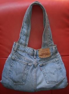 Upcycled levi s jeans purse bag i'm having flashbacks of home economics class… circa 1975 Denim Tote Bags, Denim Handbags, Denim Purse, Blue Handbags, Denim Bag Patterns, Purse Patterns, Jean Crafts, Denim Crafts, Diy Jeans