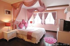 Check out this lovely Hello Kitty House (Villa) in Shanghai. Designed in – what else but pink, this cute looking mansion has Hello Kitty themed interiors and a Cama Da Hello Kitty, Hello Kitty Haus, Hello Kitty Zimmer, Hello Kitty Lit, Hello Kitty Bedroom, Hello Kitty Themes, Fairy Bedroom, Cat Bedroom, Bedroom Decor