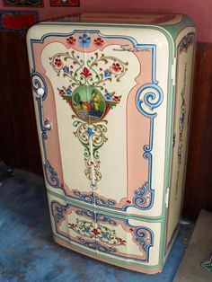 """magicalhomestead: """"A vintage fridge looking fabulous- even it doesn't work, I'd use it for storage. """" This is a type of art called """"fileteado"""" that is typical in Argentina, and was particularly featured in buses some decades ago. Vintage Fridge, Vintage Refrigerator, Fridge Decor, Kitchen Decor, Painting Appliances, Painted Fridge, Vintage Kitchen Appliances, Decoration Stickers, Wall Decor"""