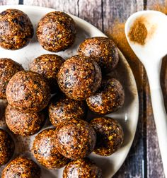 Ferrero Rocher Bliss Balls with Thermomix Instructions. Simple, delicious and free from gluten, grains, dairy, egg and refined sugar. Raw Desserts, Paleo Dessert, Healthy Dessert Recipes, Raw Food Recipes, Cooking Recipes, Healthy Sweets, Snack Recipes, Bolo Ferrero Rocher, Healthy Snacks To Make