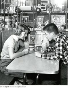 In my earliest memories I aspired to the days when I could go to the malt shop and enjoy a variety of soda fountain delights with pretty girls. Little did I know that the were coming, and the malt shop would become passe'. Old Pictures, Old Photos, Juke Box, 1940s, Pin Up, Soda Fountain, Young Couples, Cultura Pop, The Good Old Days