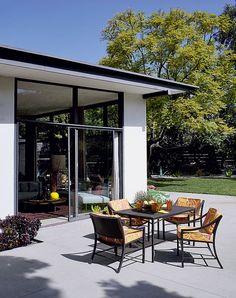 Дом в Калифорнии. Похоже, что хозяева этого дома часто устраивают вечеринки: в такие дни они открывают стеклянные окна-двери в гостиной, и места сразу становится больше в два, а то и в три раза.