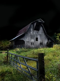 Midnight Farmer - Old barn in NW Arkansas. Do you feel, as I do, that there is something inside that I never, ever want to see? Looks like the barn in Walking Dead! Abandoned Buildings, Old Buildings, Abandoned Places, Abandoned Castles, Abandoned Mansions, Farm Barn, Old Farm, Barn Pictures, Night Pictures