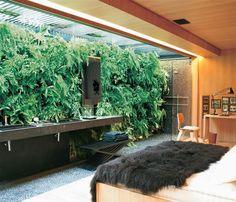 A cada dia a necessidade dos moradores das grandes cidades irem em busca do contato com a natureza, como forma de relaxamento, cresce intensamente. Eis uma  amostra do charme das samambaias na decoração do quarto.