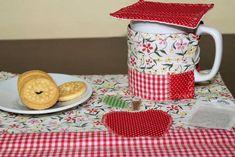 Kit para o chá. Tapete, abraço de caneca e abafador. Protege o móvel e mantém o chá quentinho. Tecido 100% algodão. Forro em manta de algodão Com aplique Acompanha caneca Medidas: Tapete 29 X 25 Abraço de caneca: 23 X 8 Abafador: 10 X 10 R$ 35,00