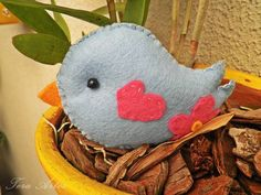 Lembrancinha feita em feltro, embalado em celofane e fita de cetim. Tema: pássaro R$ 6,90