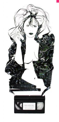 Erika Iris Simmons Composiciones de Residuos formando y creando Arte