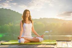 Existe una relación entre las posturas del yoga y la reducción del peso, por ello es indispensable conocer las principales poses de yoga que pueden ayudarte a adelgazar, y cuales son las indicadas según sea tu nivel. Mujer realizando una postura de yoga para mantener la figura La grasa del vientre puede ser muy difícil …