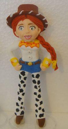 Vela, modelada em porcelana fria (biscuit), 100% artesanal, da personagem Jessie, do desenho Toy Story.  Mede 16,5 cm de altura!  Podemos elaborar neste tipo de peça qualquer personagem. Envie-nos um e-mail que teremos o maior prazer em atender.  *** IMPORTANTE *** No preço não está incluso o frete, que é por conta do cliente. Após o pedido, peço que informe o CEP e o tipo de entrega pelos Correios (PAC, Encomenda Normal, Sedex ou Sedex 10) para que eu passe o valor exato. R$ 25,00