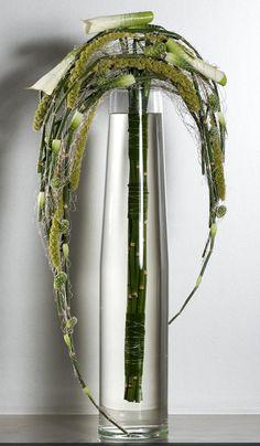 An interesting statement flower arrangement/ modern floral design Art Floral, Deco Floral, Ikebana, Flower Show, Flower Art, Large Floor Vase, Hotel Flowers, Modern Floral Design, Corporate Flowers