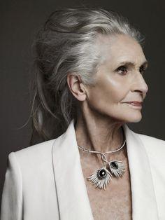 Имя этой великолепной дамы Дафна Селф.Ей уже 87, но она продолжает работать моделью.