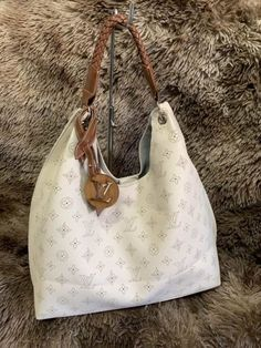 Bolsa Louis Vuitton – Carmel Mahina – Bege – Couro Sintético Pouch, Handbags, Purses, Clutches, Top, Women, Fashion, Louis Vuitton Pouch, Shoulder Purse