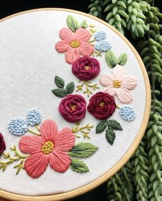 Learn to sew with the embroidery course step by step online, complete course from beginner to advanced, learn to sell their work and earn money! Diy Embroidery Shirt, Cushion Embroidery, Floral Embroidery Patterns, Hand Embroidery Videos, Embroidery Stitches Tutorial, Embroidery Flowers Pattern, Flower Embroidery Designs, Creative Embroidery, Sewing Stitches