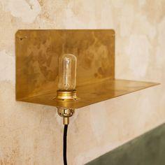 90° Wall Light lamppuhyllyllä, messinki – Frama – Osta kalusteita verkossa osoitteessa Room21.fi