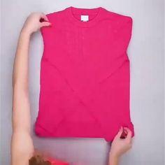folding clothes Save space when folding your clothes. Diy Organisation, Closet Organization, Simple Life Hacks, Useful Life Hacks, Hacks Diy, Home Hacks, Hacks Videos, Clothing Hacks, Diy Home Crafts