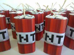 Para a festa com o tema Minecraft, cujos convites já postamos aqui , criamos diversas caixinhas e embalagens diferentes inspiradas nos perso...