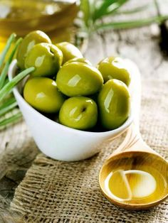 Olives and Olive Oil. Olives and Pouring Virgin Olive Oil , No Carb Snacks, Keto Snacks, Healthy Snacks, Healthy Recipes, Fast Metabolism Diet, Metabolic Diet, Cooked Chicken Recipes, How To Cook Chicken, Olivier En Pot