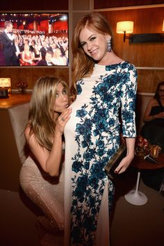 Jennifer Aniston Kissing Isla Fisher's Baby Bump Pictures | POPSUGAR Celebrity