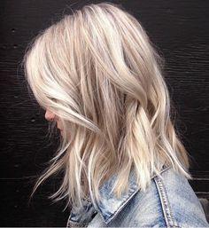 un balayage blond polaire pour un look moderne, coupe au carré mi-long