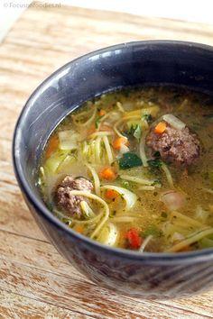Maak in een handomdraai zelf verse groentensoep, met glutenvrije gehaktballen en vermicelli. In 20 minuten op tafel en super gezond. Bekijk het recept >>