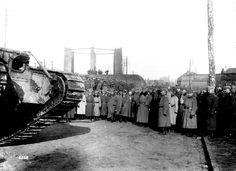 Visita del Kaiser al frente de batalla en Cambrai. Observa uno de los tantos tanques ingleses capturados indemnes durante la batalla