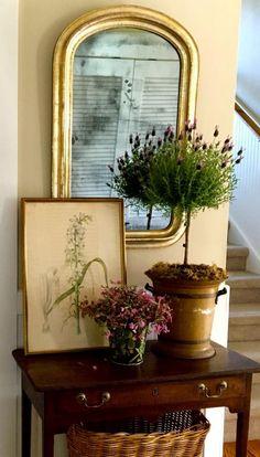 miroir d' entrée avec cadre doré, hall d'entrée à déco vintage