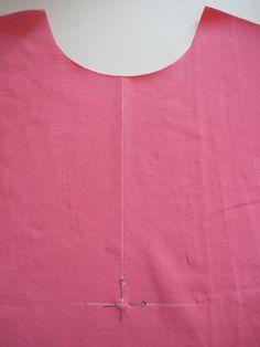 Обожаю футболки поло без воротника! Поэтому мк будет именно без него.     Кроим все необходимые детали футболки. На полочке отмечаем...