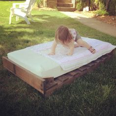 The pallet beds are economical and easy to make at the home. Toddler pallet bed is great idea for the people, who want to get the economical and beautiful bed Diy Pallet Bed, Diy Pallet Furniture, Diy Bed, Westin Bed, Diy Toddler Bed, Toddler Rooms, Boy Room, Kids Room, Fairy Bedroom