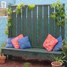Recycled wool pallet Patio screen and bench for privacy and relaxing - can be moved to follow the sun - #DIYGardenIdeas