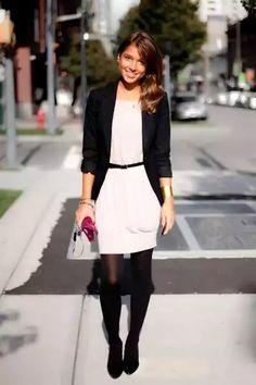 Vestido con medias negras y saco negro