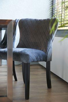 ROFRA Home - De eetkamerstoel Rafel heeft een geweldige uitstraling. De eetstoel is bekleed met velours stof. De zitting en de rugleuning hebben een origineel ruitpatroon. Dat zorgt ervoor dat deze eetkamerstoel in je interieur een prachtige verschijning is. De brede en zachte zitting biedt in combinatie met de hoge rugleuning, die een naar buiten lopende ronde vormt heeft, een fantastisch comfort. Je kunt hierop urenlang op een comfortabele manier aan de eettafel genieten.