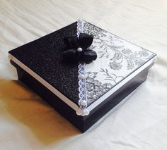 Resultado de imagem para caixa de mdf decorada para casamento branco e preto Cigar Box Art, Diy And Crafts, Crafts For Kids, Moonlight Painting, Bottle Cap Art, Prayer Box, Decoupage Box, Wood Painting Art, Antique Boxes