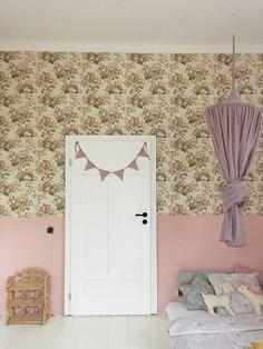 Różowa lamperia połączona ze wzorzystą tapetą - hit! Mirror, Furniture, Kids, Home Decor, Young Children, Children, Kid, Interior Design, Children's Comics