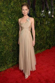 Jennifer Nettles in a form-fitting beige Armani gown at the 2015 Tony Awards