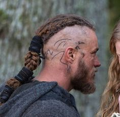 Because of the uniqueness and meaningful connotations, Viking tattoos have become favored by people of many generations in the last decades. The traditional practice of Viking tattoos has been of interest, too. Ragnar Lothbrok, Floki, Norse Tattoo, Viking Tattoos, Vikings Halloween, Viking Haircut, Viking Head, Man Bun Styles, Norse Legend