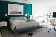 chambre à coucher élégante avec un lit et un tapis en gris, peinture turquoise et accents blancs Bedroom Loft, Master Bedroom, Turquoise Accent Walls, Large Photo Prints, Grey Carpet, Interior And Exterior, Sweet Home, Design Inspiration, Furniture