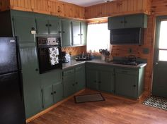 House in New Milford, United States. Enjoy a Clean, Comfortable, and Cozy Lakeside Cabin!  A wonderful setting for relaxing, swimming, kayaking, fishing, grilling, or visiting on the dock or deck, reading a book and/or just watching time go by!  Come enjoy our fresh country air and s...