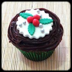 Cupcake Enfeite Natalino | Cupcake Enfeite Natalino, cobertura de chocolate e pasta americana. Sabor do recheio e da massa do bolo de sua preferência.