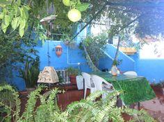 Casa en Fuengirola, España. La Casa Azul huele a Arte y sabe a CONSCIENCIA....  250m/2,  patios llenos de vida y techo de flores. El cuarto tiene capacidad para 2/3 personas . muchísima luz, libros y cuadros.  ESTA CASA ES PERFECTA para Gente que ame COMPARTIR, conocer gente...