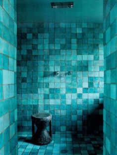 Paola Navone& Paris home. mixed shades of blue tiles. Tuile Turquoise, Turquoise Tile, Shades Of Turquoise, Bleu Turquoise, Shades Of Blue, Turquoise Bathroom, Aqua Blue, Turquoise Accents, Blue Grey