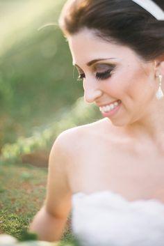 Beleza criada por Anamaria Franco. O casamento de Natalia e Filipe foi publicado no Euamocasamento.com. As fotos são de Além Fotografia. #euamocasamento #NoivasRio #Casabemcomvocê
