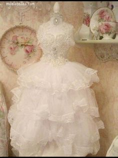 So feminine and lovely are the ruffles and lace! ♥ Love ♥