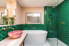 green bathroom Bright London apartment, where eternal summer dwells London Apartment, Apartment Interior, Apartment Design, Apartment Living, Apartment Ideas, Green Apartment, Interior Livingroom, Home Interior, Interior Architecture
