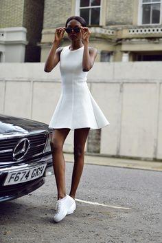 Cualquier vestido se puede convertir en el más cool si le quitas los tacones y le pones los tenis más cómodos que tengas. | 17 Chicas que te inspirarán a llevar tus vestidos con tenis