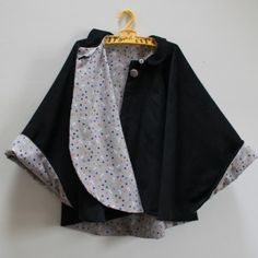 It took me longer to choose the fabrics than to make this cape. Coin Couture, Baby Couture, Couture Sewing, Sewing Clothes, Diy Clothes, Sewing Online, Capes For Kids, Creation Couture, Couture Tops